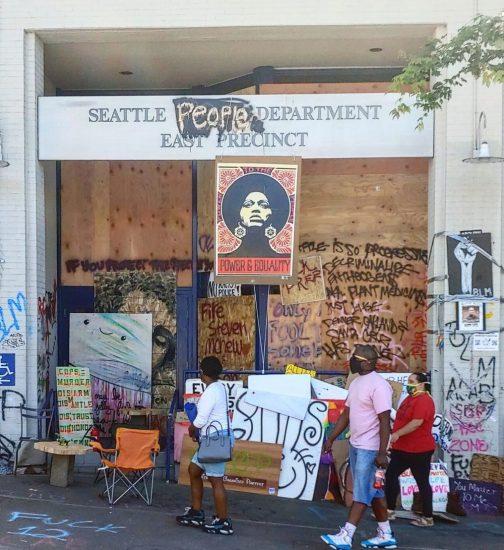 """Foto: Charles Mudede / Black Lives Matter protestolarının merkezi haline gelen Seattle'da, Seattle Polis Merkezi (Seattle Police Department) göstericiler tarafından """"Seattle Halk Merkezi""""ne (Seattle People Department) dönüştürüldü."""