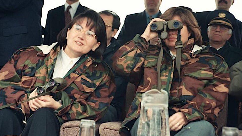 1990'lı yılların ikinci yarısı; dönemin Başbakanı Tansu Çiller ve İçişleri Bakanı Meral Akşener üniformalarıyla askeri operasyon bölgesinde.