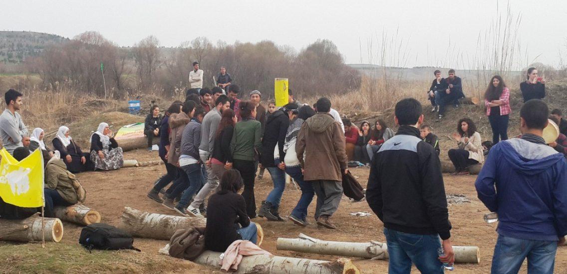 Vadide kamp kuran gençler halay çekiyor.